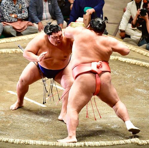 御嶽海(左)は押し出しで千代大龍を下す(撮影・小沢裕)