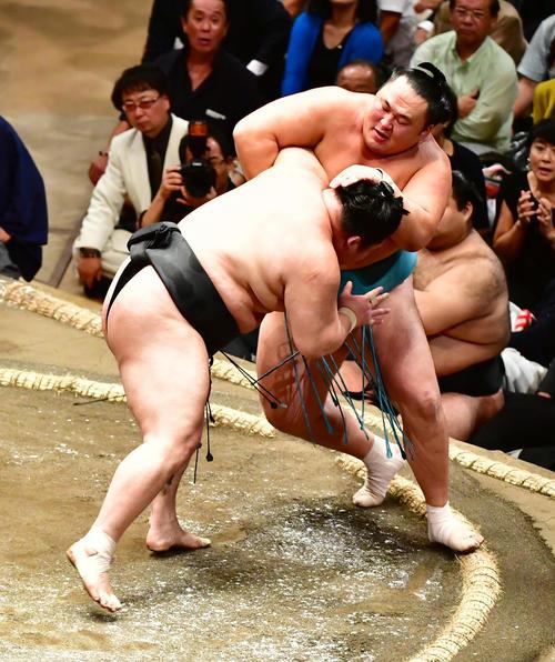豪栄道(左)は寄り切りで玉鷲を下す(撮影・小沢裕)