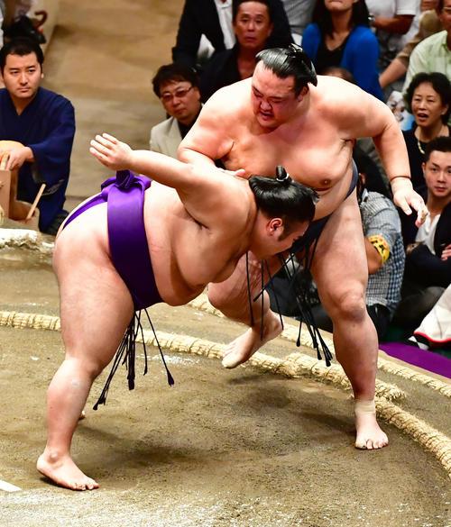 貴景勝(左)をいなす稀勢の里(撮影・小沢裕)