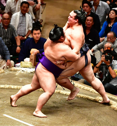 貴景勝(左)に土俵際へ追い込まれる稀勢の里(撮影・小沢裕)