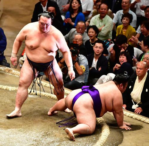 貴景勝(右)を突き落としで下す稀勢の里(撮影・小沢裕)