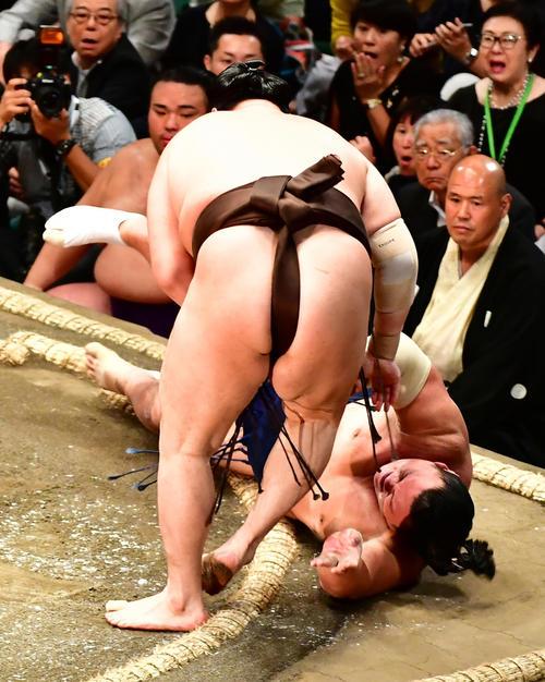 白鵬(左)は勢を上手出し投げで下(撮影・小沢裕)