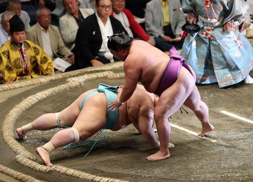 琴勇輝(左)を引き落としで破る嘉風(撮影・鈴木正人)