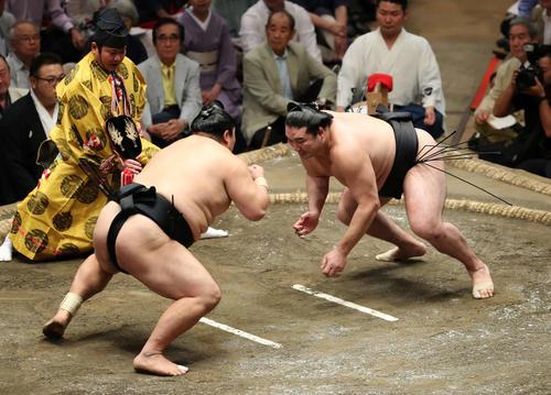 隠岐の海(左)を鋭い立ち合いで攻める竜電(撮影・鈴木正人)