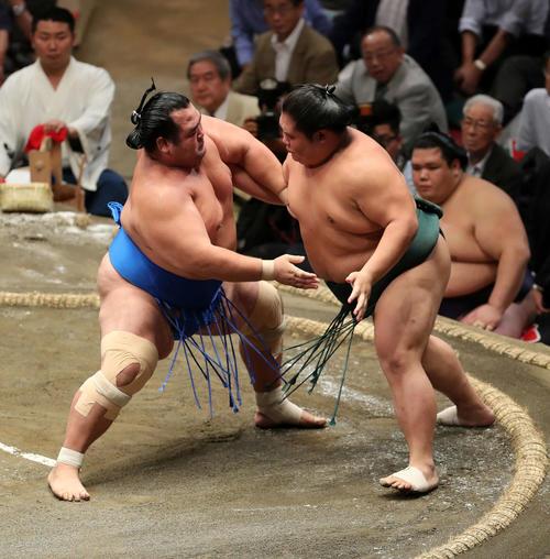 大翔丸(右)に激しく攻める琴奨菊(撮影・鈴木正人)