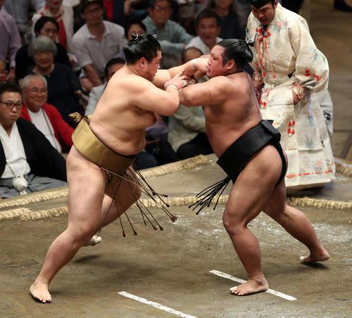輝(左)に激しく攻める松鳳山(撮影・鈴木正人)
