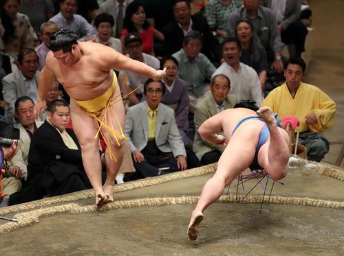 遠藤(左)を押し出しで破る正代(撮影・鈴木正人)