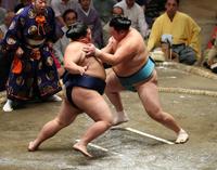 玉鷲(右)に激しく攻める御嶽海(撮影・鈴木正人)