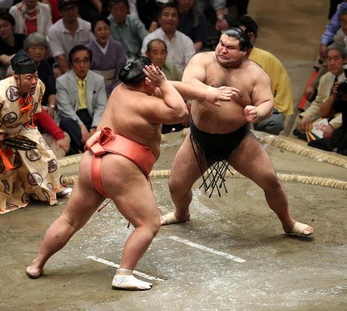 千代大龍(左)に激しく攻める高安(撮影・鈴木正人)