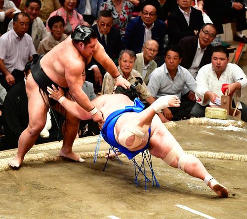 松鳳山(左)は上手出し投げで琴奨菊を下す(撮影・小沢裕)