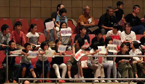 客席には御嶽海を応援する子どもたちの姿があった(撮影・河野匠)