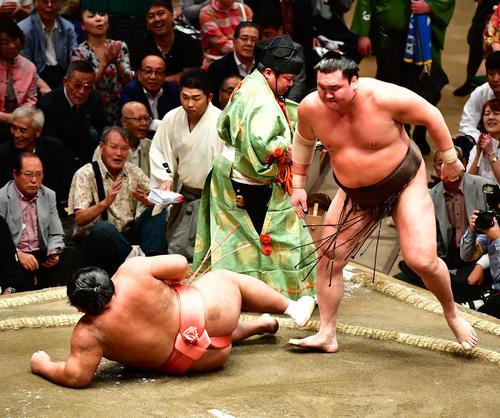 白鵬(右)は上手投げで千代大龍を下す(撮影・小沢裕)