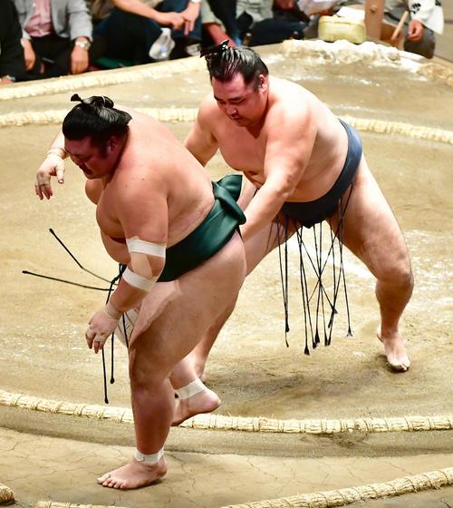 鶴竜(右)は押し出しで豊山を下す(撮影・小沢裕)