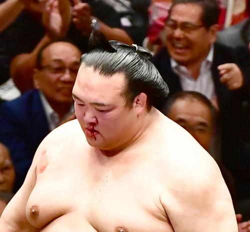 流血した稀勢の里(撮影・小沢裕)