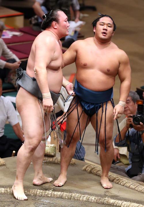 石浦(右)を寄り切りで破る荒鷲(撮影・狩俣裕三)