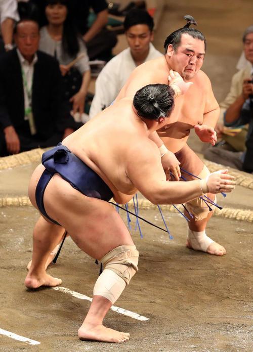 琴奨菊(右)を押し出しで破る北勝富士(撮影・狩俣裕三)