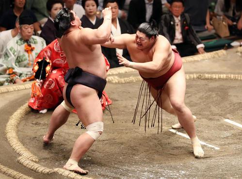 妙義龍(左)を激しく突っ張り、押し出しで破る阿炎(撮影・狩俣裕三)