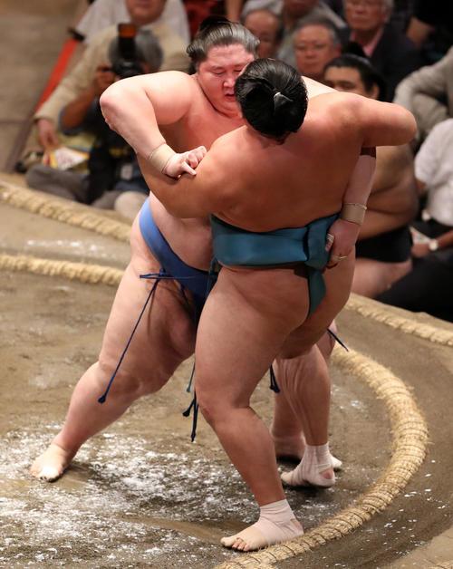 玉鷲(右)を寄り切りで破る逸ノ城(撮影・狩俣裕三)