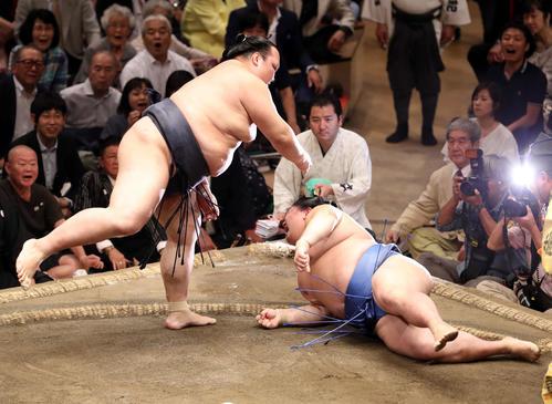 正代(右)を上手投げで破る稀勢の里(撮影・狩俣裕三)