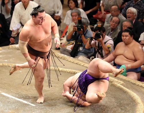 貴景勝(右)をはたき込みで破る白鵬(撮影・狩俣裕三)