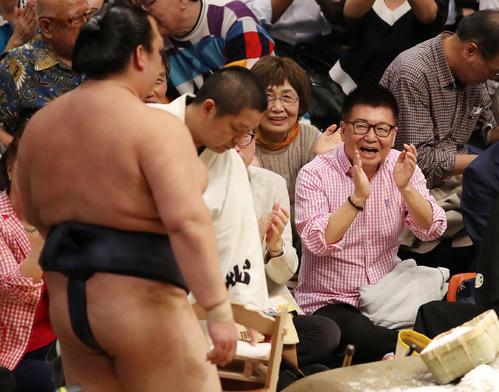 全勝を守った稀勢の里(左)に拍手を送る生島ヒロシ(撮影・狩俣裕三)