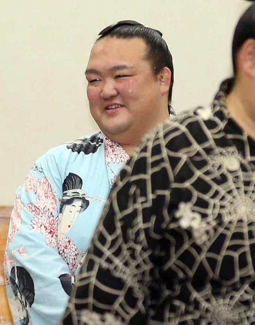 全勝を守り、支度部屋で笑顔を見せる稀勢の里(撮影・狩俣裕三)