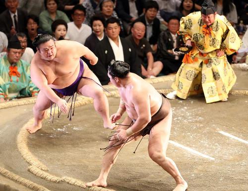 貴景勝(左)のはたき込みを土俵際でこらえる白鵬(撮影・狩俣裕三)