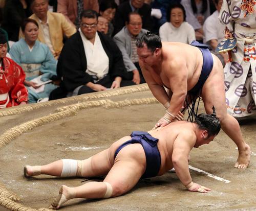 栃煌山(左)をはたき込みで破り、全勝を守った北勝富士(撮影・狩俣裕三)