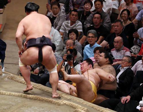 遠藤(中央)を寄り倒しで破る妙義龍。右は高安(撮影・狩俣裕三)