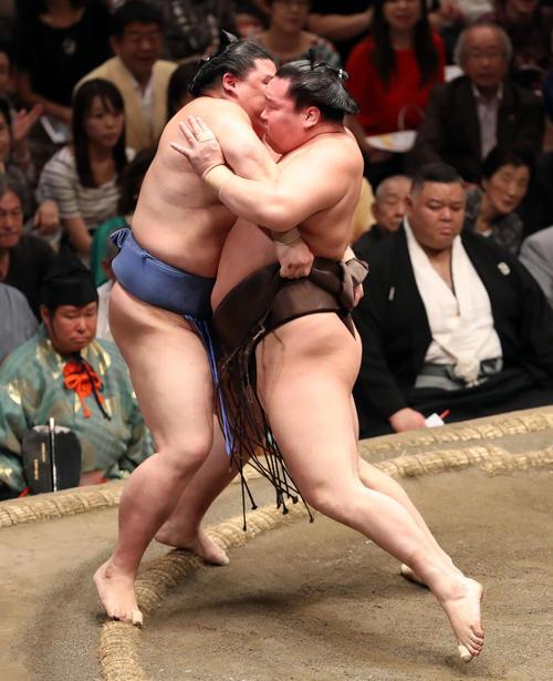 正代(左)を寄り倒しで破る白鵬(撮影・狩俣裕三)