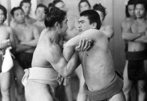 プロ入り表明後初稽古を行った輪島さん(右)。出稽古に来ていた初場所再入幕の貴ノ花さん(左)と22番の申し合いをし11勝11敗の五分(1969年12月22日撮影)