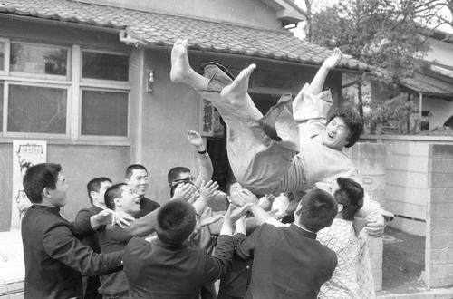 十両入りを果たし日大相撲部の後輩から胴上げされる輪島さん。幕下付け出しから2場所連続全勝優勝しデビューから3場所目のスピード出世だった(1970年4月27日撮影)
