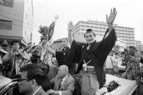 優勝パレードに出る輪島さん、左は旗手を務める貴ノ花さん(1973年5月27日撮影)