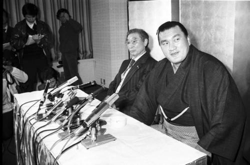 花籠親方(奥)に付き添われ引退会見をする横綱の輪島さん(1981年3月11日撮影)