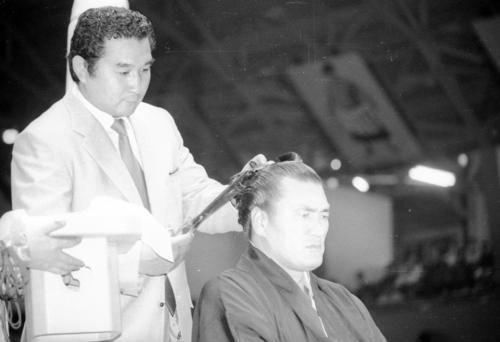 引退、花籠襲名披露で苦楽をともにした親友貴ノ花さん(左)がはさみを入れると、一瞬涙ぐんだ輪島さん(1981年10月4日撮影)