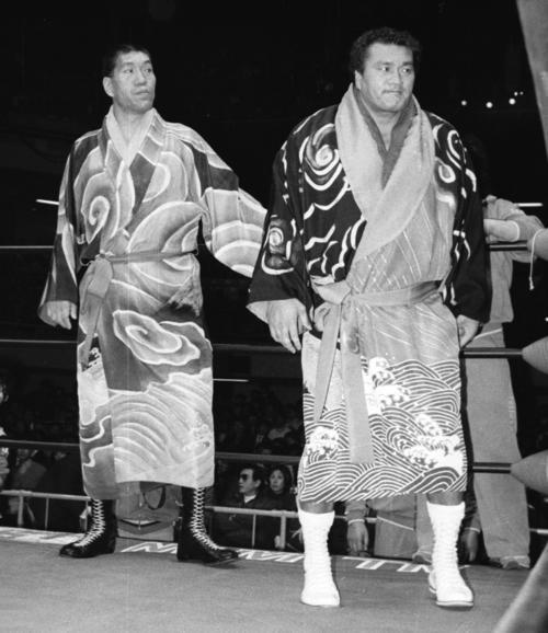 プロレスデビューした元横綱の輪島さん。左はジャイアント馬場さん(1986年撮影)