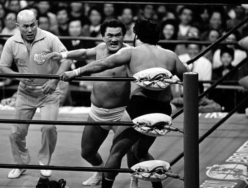 国内マットでのデビュー戦を故郷・七尾で迎えた輪島(中央)はタイガー・ジェット・シンをコーナーに追い詰めチョップの連打(1986年11月1日撮影)