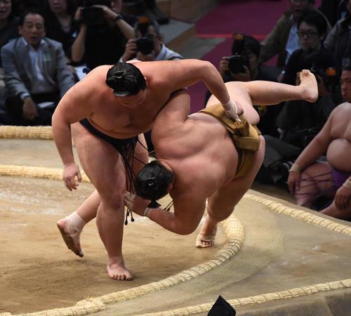 九州場所 輝を上手投げで破る朝乃山(左)(撮影・今浪浩三)