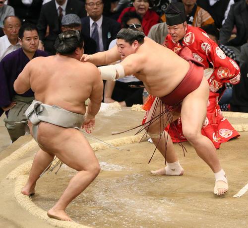 九州場所 貴ノ岩(左)に押し出しで勝利する阿炎(撮影・栗木一考)