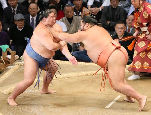 正代(左)に押し出しで勝利する千代大龍(撮影・栗木一考)