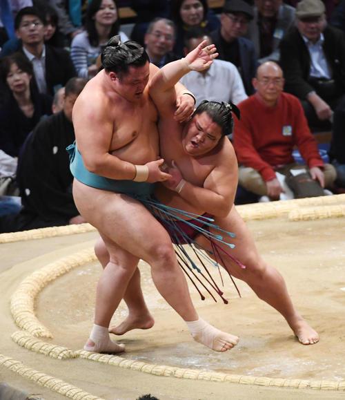 九州場所 玉鷲(右)に押し出しで勝利する御嶽海(撮影・栗木一考)