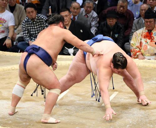 九州場所 逸ノ城(右)に引き落としで勝利する栃煌山(撮影・栗木一考)