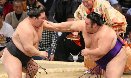 九州場所 豪栄道(左)に突き落としで勝利する貴景勝(撮影・栗木一考)