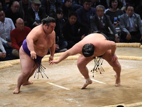 大相撲九州場所2日目 豪栄道を突き落としで破る貴景勝(左)(撮影・今浪浩三)