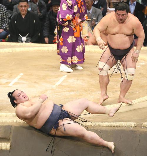 九州場所 妙義龍に寄り倒しで敗れる稀勢の里(手前)(撮影・栗木一考)