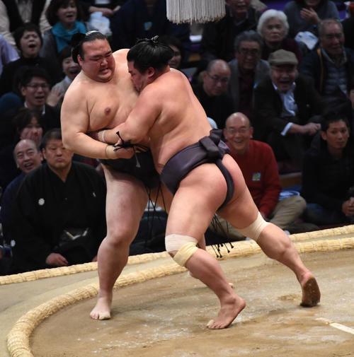 大相撲九州場所2日目 妙義龍の寄り倒しで敗れる稀勢の里(撮影・今浪浩三)