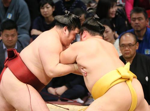 隆の勝(左)に押し出しで勝利する遠藤(撮影・栗木一考)