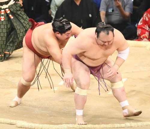 宝富士(右)に押し出しで勝利する阿炎(撮影・栗木一考)