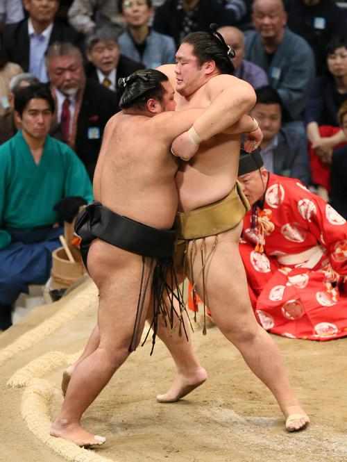 松鳳山(左)に引き落としで勝利する輝(撮影・栗木一考)