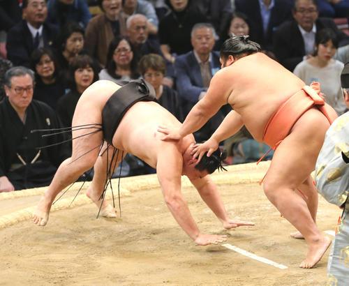 千代大龍(右)は引き落としで竜電を下す(撮影・菊川光一)
